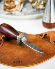 brut_oyster_knife_with_sleeve_49_95_2029603004725_sfeer